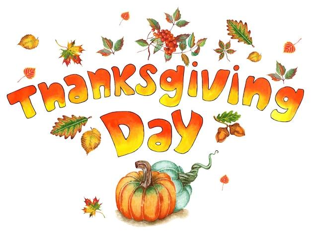 Pomarańczowożółty tekst dzień dziękczynienia ozdobiony jesiennymi liśćmi i akwarelą dyni na białym tle