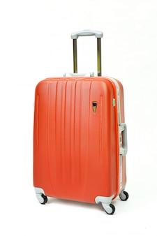 Pomarańczowy bagaż podróżny na białym tle