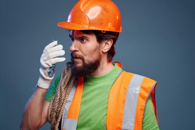 Pomarańczowy kask męski konstruktora na głowie profesjonalne emocje. zdjęcie wysokiej jakości