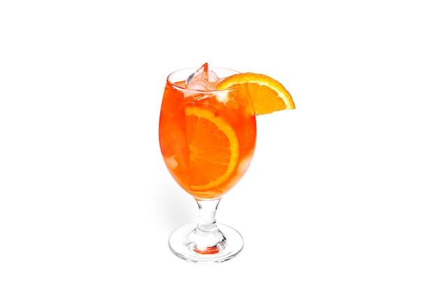 Pomarańczowy koktajl na białym tle