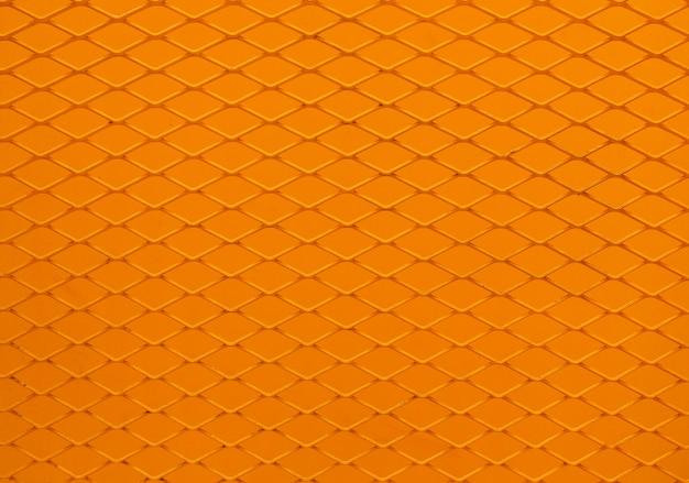 Pomarańczowy metalowy płot z siatki drucianej.