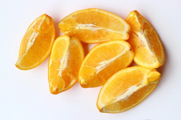 Pomarańczowy na białej powierzchni z bliska
