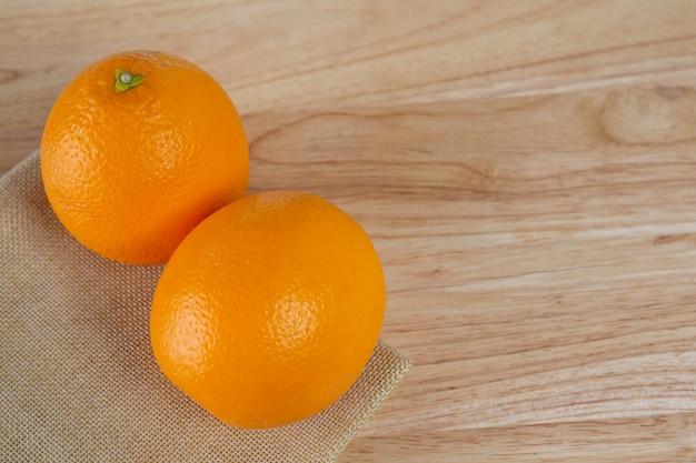 Pomarańczowy na drewnianej podłodze.