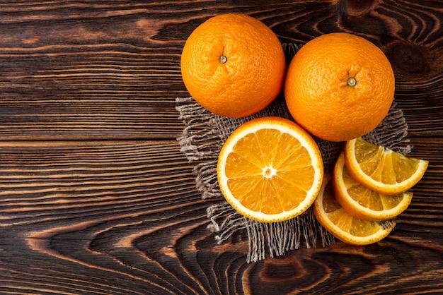 Pomarańczowy na drewnianym