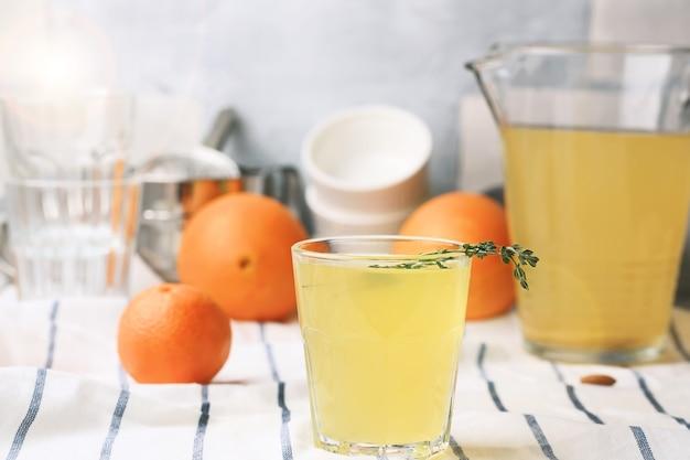 Pomarańczowy napój z imbirem i rozmarynem. przydatne składniki. koktajl bezalkoholowy?