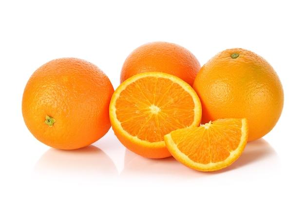 Pomarańczowy owoc na białym tle