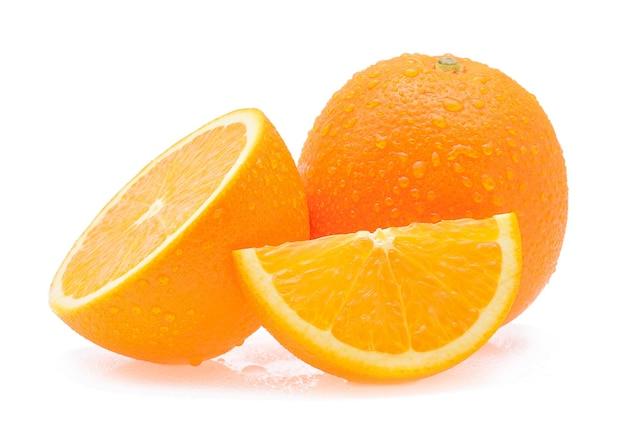 Pomarańczowy owoc z kroplami na białym tle