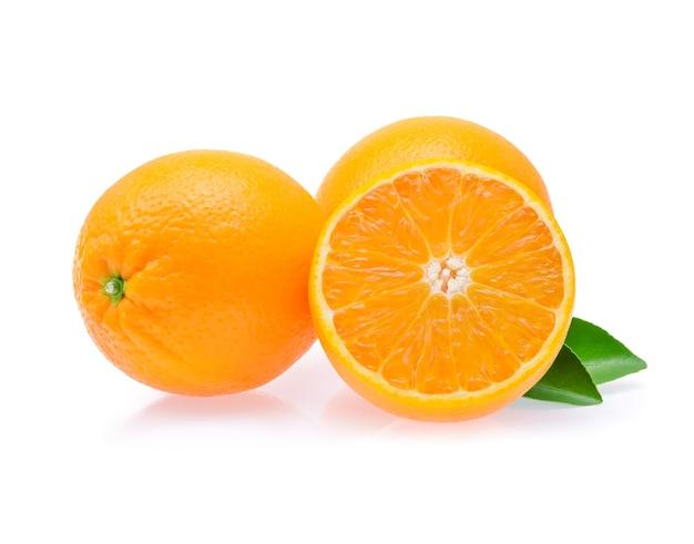 Pomarańczowy owoc z plasterkiem i liśćmi na białym tle.