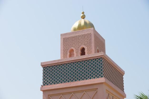 Pomarańczowy piaskowaty arabski morrocco stylu wierza tło