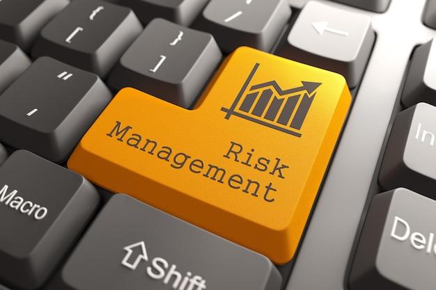 Pomarańczowy przycisk zarządzania ryzykiem na klawiaturze komputera. pomysł na biznes.