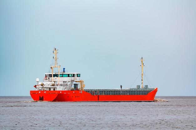 Pomarańczowy statek towarowy. logistyka i przewozy towarów