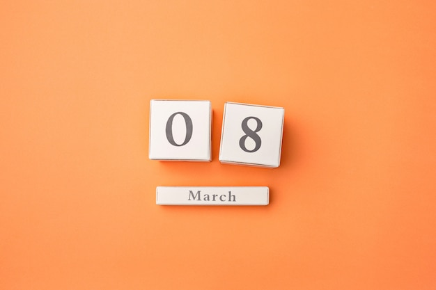 Pomarańczowy stół z drewnianym kalendarzem
