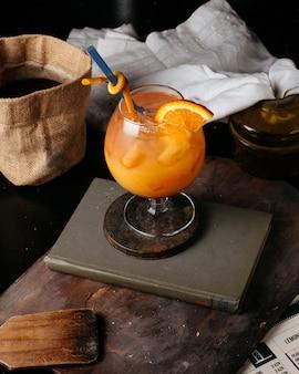 Pomarańczowy świeży na stole