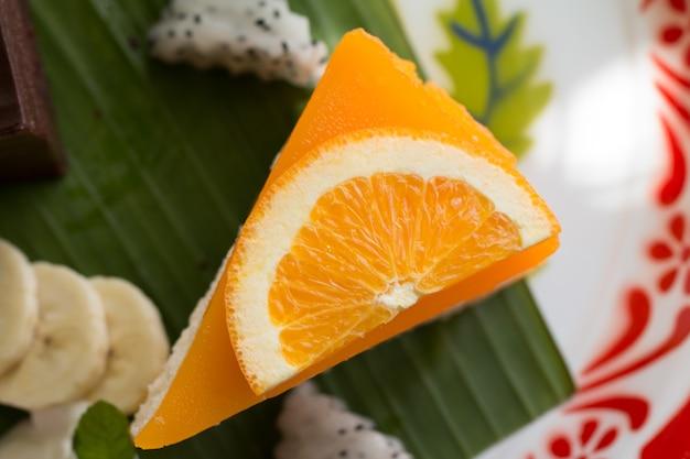 Pomarańczowy tort z pomarańczową polewą