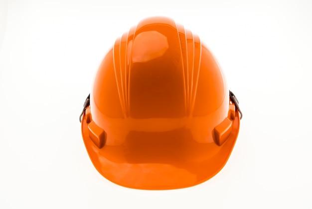Pomarańczowy twardego plastiku budowa kask na białym tle.