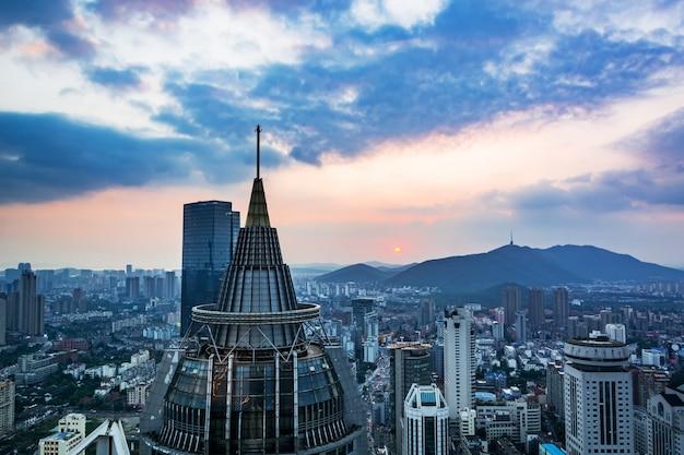 Pomarańczowy zachód słońca wieży turystyka biznesowa