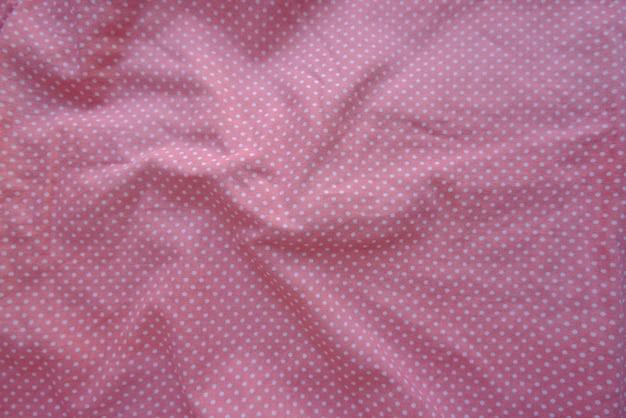 Pomarszczona tkanina w groszki w kolorze angielskiej lawendy