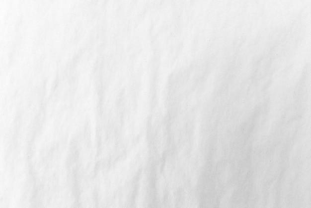 Pomarszczony biały papier, białe tło. jasne światło.