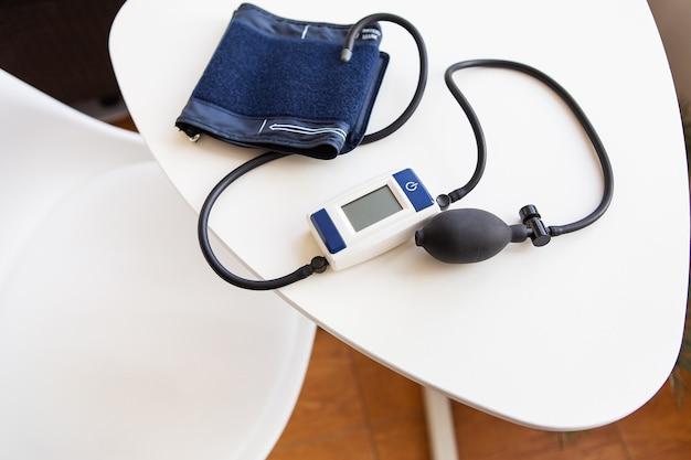 Pomiar ciśnienia krwi. urządzenie do pomiaru ciśnienia krwi na kobiecej dłoni. pojęcie zdrowia.