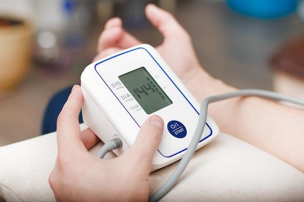 Pomiar ciśnienia krwi za pomocą elektronicznego tonometru.