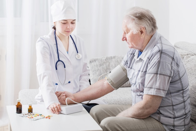 Pomiar ciśnienia u starszych mężczyzn
