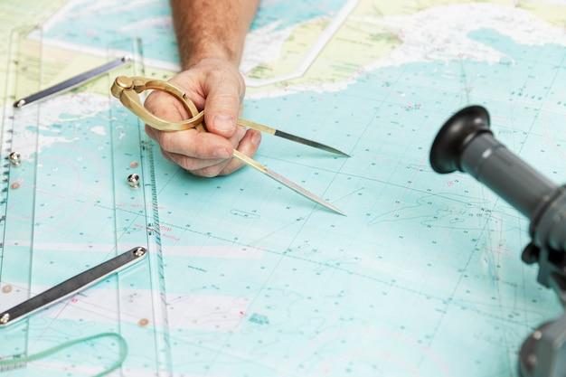 Pomiar odległości na narzędziu mapy morskiej. zbliżenie. nawigacja w przemyśle morskim i żeglarstwie.