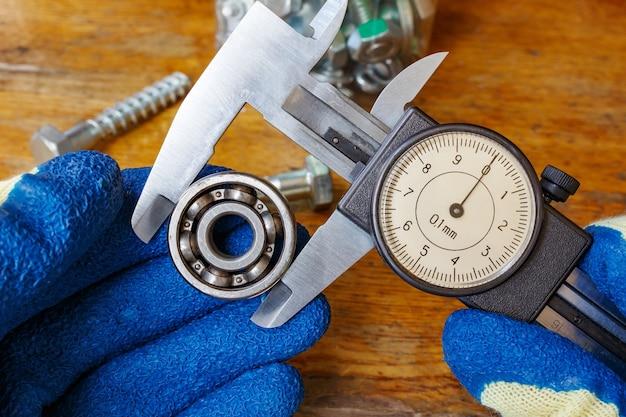 Pomiar średnicy zewnętrznej łożyska kulkowego suwmiarką