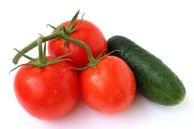 Pomidor i ogórek na białym tle
