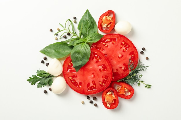 Pomidor i przyprawy na białym tle, widok z góry