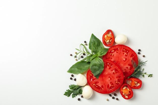 Pomidor i przyprawy na białym tle