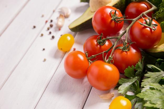 Pomidor i warzywa na drewnianych podłogach