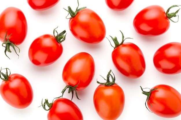 Pomidor na białym tle na białej powierzchni.