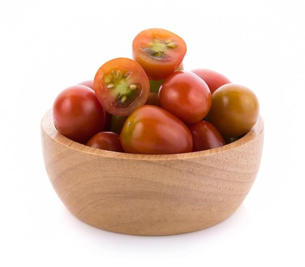 Pomidor w drewnianej misce