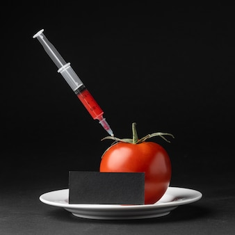 Pomidor widok z przodu wypełniony strzykawkami