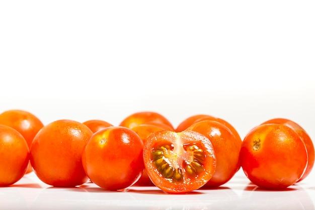 Pomidor wiśniowy na białym tle. fotografia makro