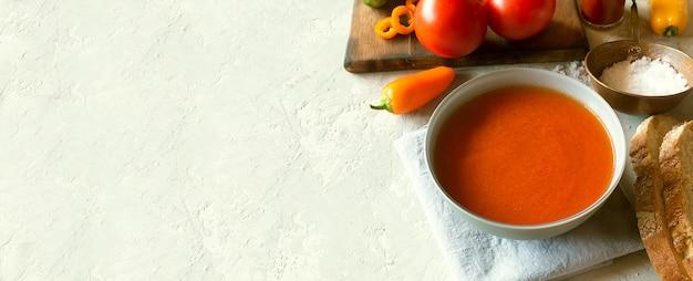 Pomidorowa zupa gazpacho ze świeżymi warzywami