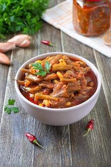 Pomidorowy lobio strąków fasoli szparagowej w misce
