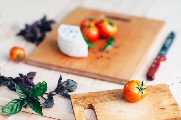 Pomidory bazylia ser na desce. proces gotowania