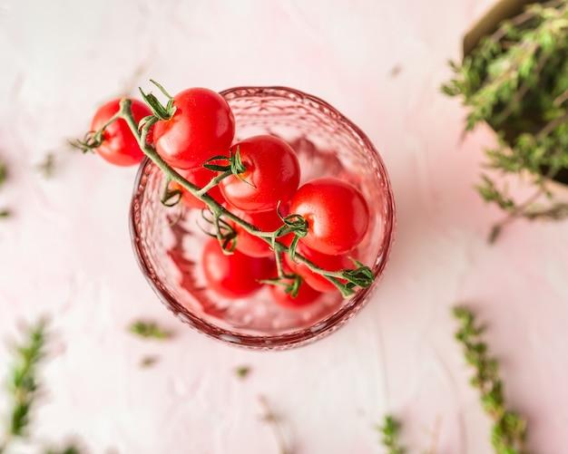 Pomidory czereśniowe i świeży tymianek