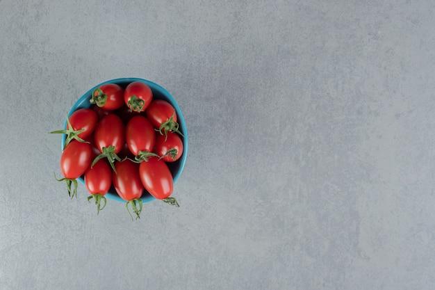 Pomidory czereśniowe izolowane na betonowej powierzchni
