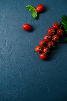 Pomidory czereśniowe na niebieskiej powierzchni
