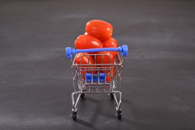 Pomidory czereśniowe w koszyku