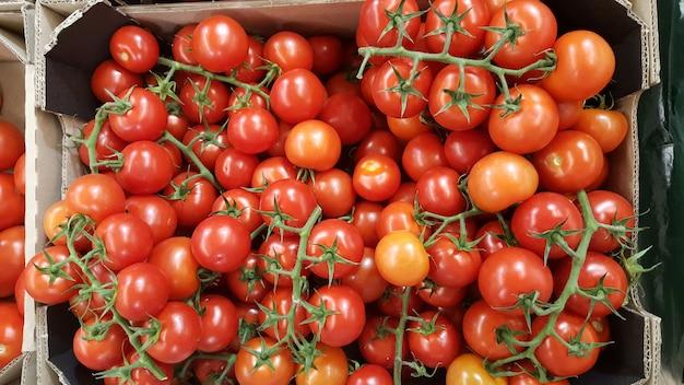 Pomidory czereśniowe w pudełku w supermarkecie