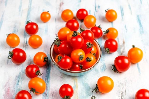 Pomidory czereśniowe żółte i czerwone.