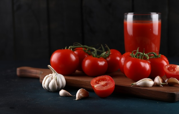 Pomidory, czosnek i szklanka soku.