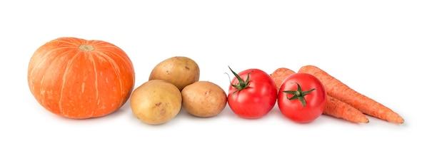 Pomidory dyniowe ziemniaki i marchewki leżą obok siebie na białym