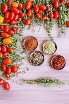 Pomidory i przyprawy. widok z góry.