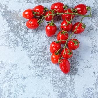 Pomidory koktajlowe na białym