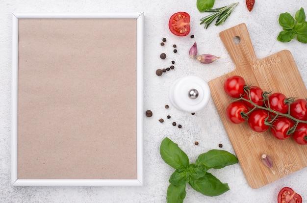 Pomidory na drewnianym dnie na stole