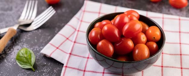 Pomidory są w czarnej filiżance
